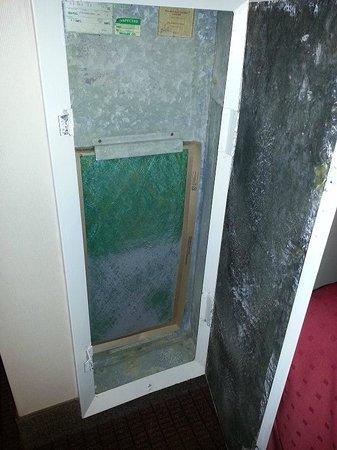 Holiday Inn Boston Brookline: air vent door broken and filter dirty