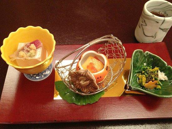 Imahan Uenohirokojiten: 前菜は菊、柿、銀杏の器で