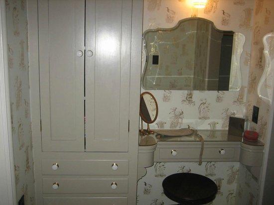 Palihouse Santa Monica: Vanity Between Bathroom And Closet