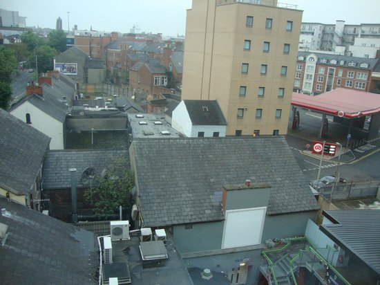 Hotel Etap Belfast: The outside of the hotel facing into nearby pubs on Dublin Road