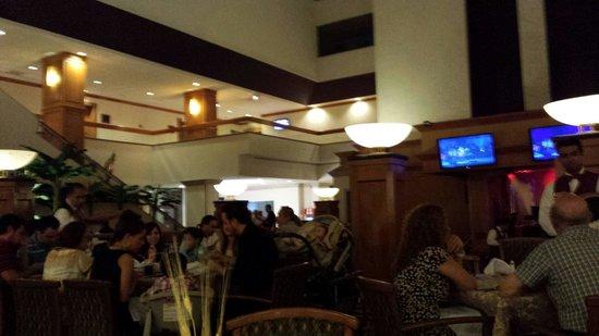 Crowne Plaza Monterrey: Restaurante del hotel buen ambiente por las noches