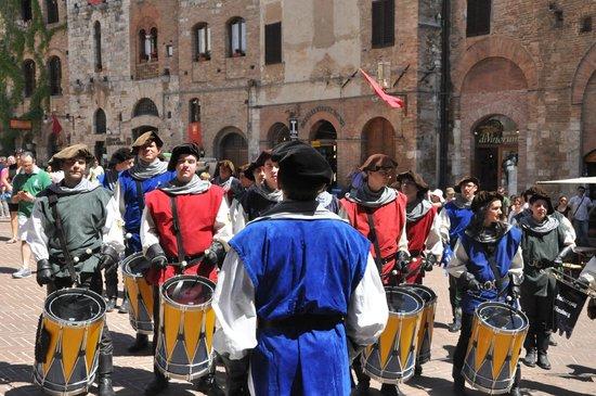 Piazza della Cisterna: espectaculo callejero en san gimignano