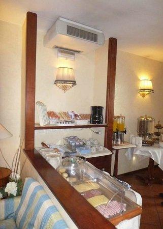 Hotel Arcobaleno : Bom café e variado.