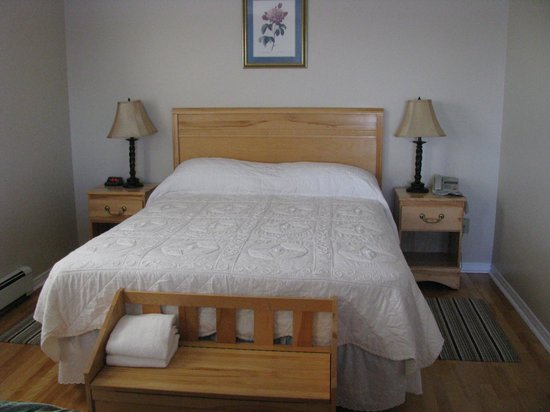 Point of View Suites at Louisbourg Gates: Queen Bed