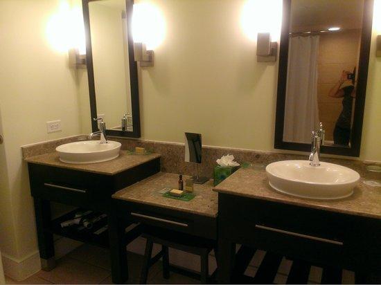 Aruba Marriott Resort & Stellaris Casino: DUAL SINKS...VERY NICE