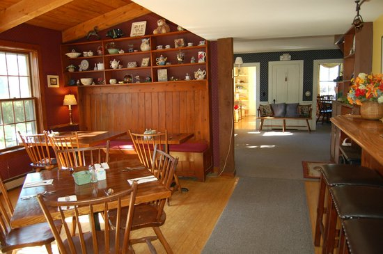 The Waitsfield Inn: Breakfast rooms with old fashion candy store in the back