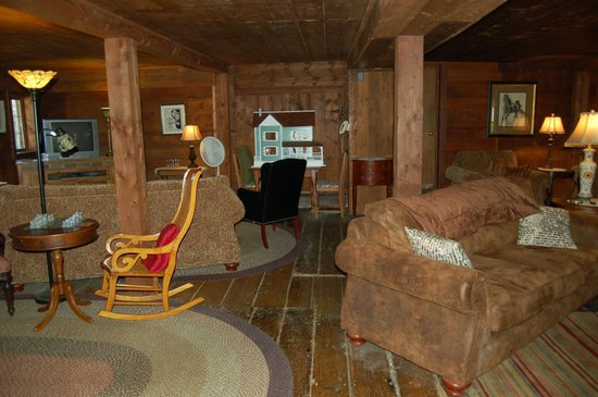 The Waitsfield Inn: Cosy family room with TV/games/novels once the stable