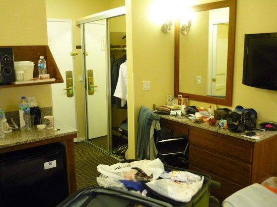 Comfort Inn Gaslamp / Convention Center: Visao geral do quarto. Obs: Pequena cozinha ao lado da cama, com uma unica pia, banheiro e cozin
