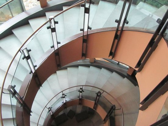Allison Inn & Spa: Main stairs in hotel