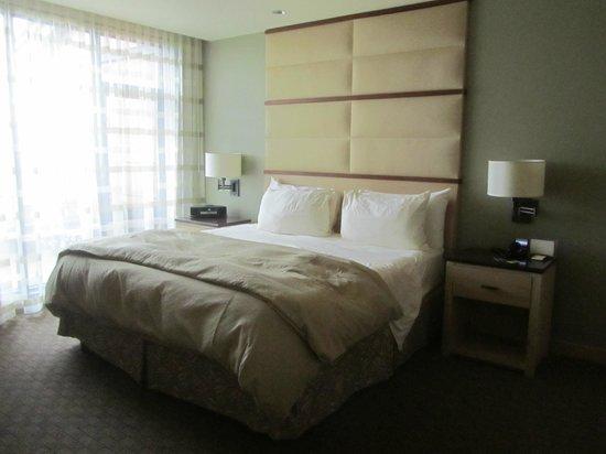Allison Inn & Spa: King bed in soothing bedroom in suite