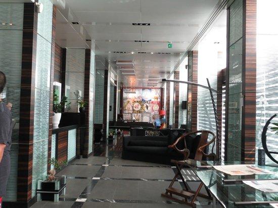Romeo Hotel: Hotel Lobby