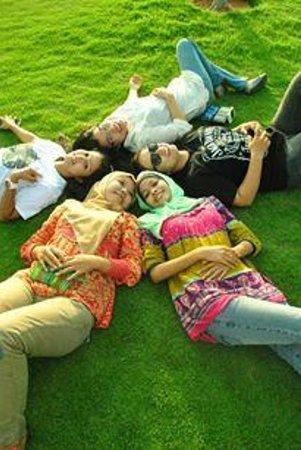 Ria Bintan Golf Club : Mencoba rumputnya :D