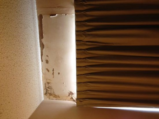 Days Inn Blairsville: Torn wallpaper