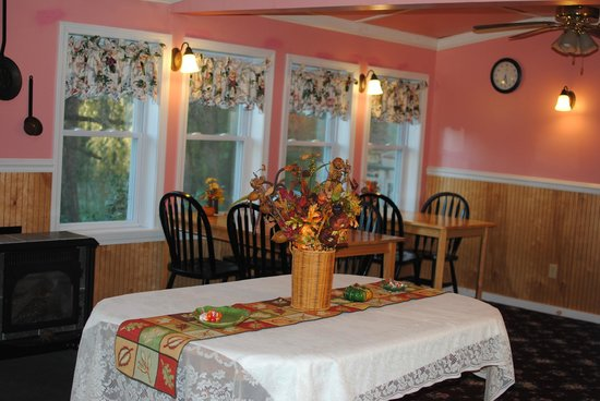 Candlelite Inn: Dining room