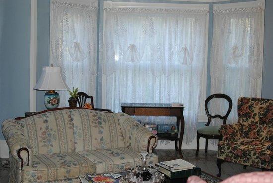 Candlelite Inn: Living Room