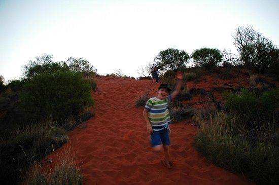 Outback Pioneer Hotel & Lodge, Ayers Rock Resort: Path to hotel lookout.