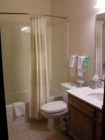 Hawthorn Suites by Wyndham Louisville North: Bathroom