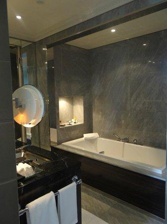 Four Seasons Hotel des Bergues Geneva: Best tub for bubble baths