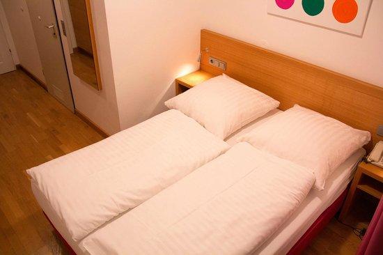 Creatif Hotel Elephant : cama, ótima roupa de cama pelo preço.