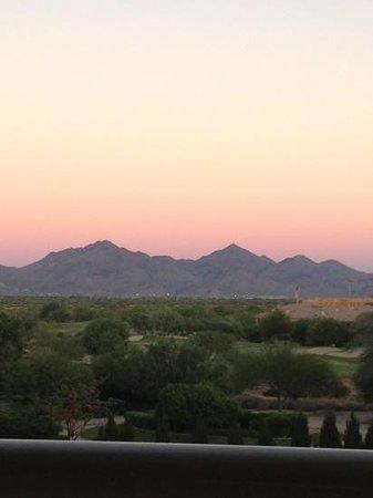 JW Marriott Phoenix Desert Ridge Resort & Spa: evening view from Griffin Club