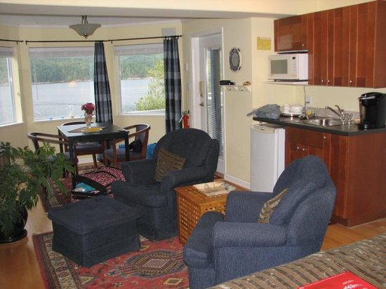 At The Shore B&B: Kitchenette and breakfast nook