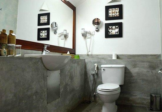 โรงแรมชายา วิลเลจ ฮาบารานา: Deluxe bathroom
