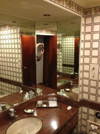 Taj Banjara Hyderabad: Bathroom
