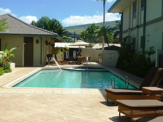 Puunoa Beach Estates: Looking at the pool from beach front
