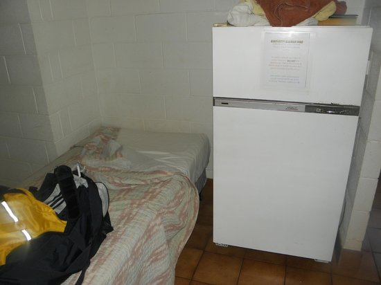 Carnarvon Caravan Park : loud fridge next to bed