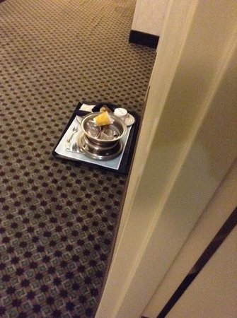 Hilton Garden Inn Charlottesville : This tray (next door) sat here from the time i checked in (4pm) till early morning.