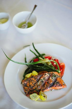 Gowlland Harbour Resort: Grilled Salmon in the restaurant