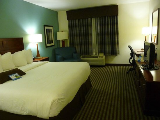 Baymont Inn & Suites Denver International Airport : Neat and spacious room
