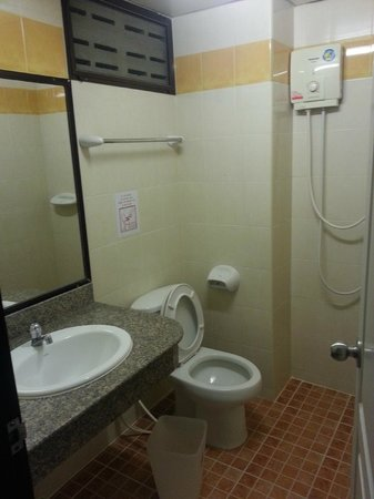 Rambuttri Village Inn & Plaza: The bathroom