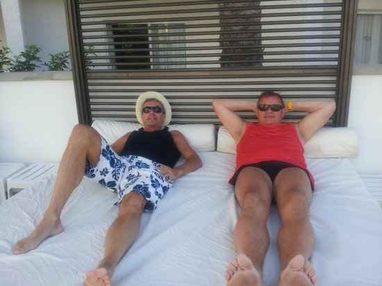 Hotel Riu Don Miguel: extra large beds by the pool to sleep on