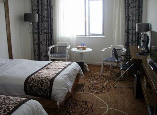 Jiari International Hotel: Room 1201 twin beds