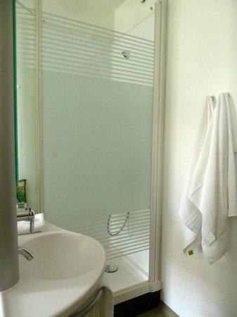 Ibis Budget Dresden City: Ducha y lavabo en perfectas condiciones