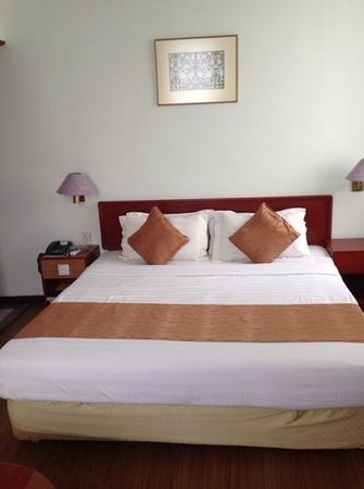Telang Usan Hotel Kuching : Deluxe Bed. Is it Good??...