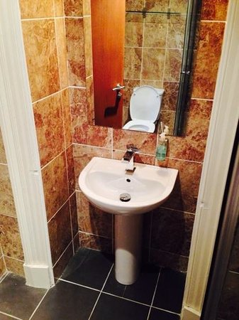 Edinburgh House Hotel: new bathroom
