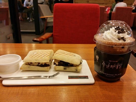 A Twosome Place Gwangbokdong Store: Cranberry Chicken Sandwich + Iced Chocolate