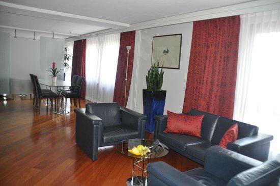 Hilton Dresden Hotel: Salon de la corner suite