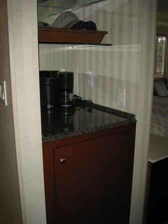 Monterey Bay Inn: Mini bar area, with coffee maker and small fridge