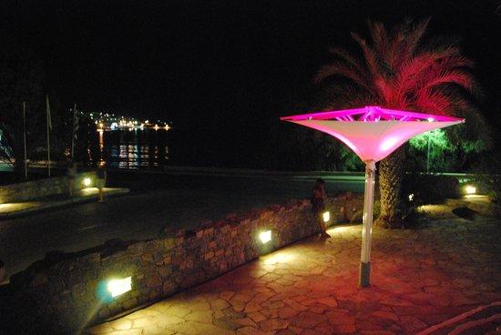 Sitia Beach City Resort & Spa : la terrasse du bar en soirée