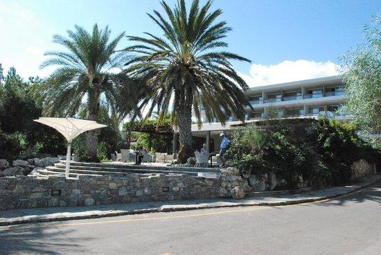 Sitia Beach City Resort & Spa : hôtel et terrasse du bar vus de la rue