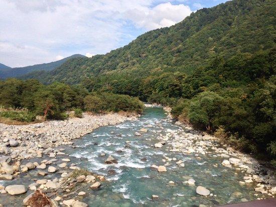 Kaikake Onsen: 綺麗に塗られた貝掛橋から見る清津川