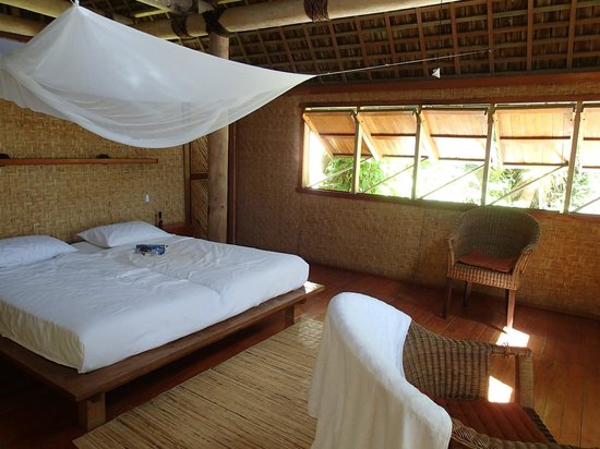 Fafa Island Resort: Comfy bed with mossie net