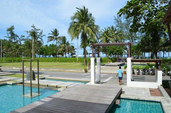 Katathani Phuket Beach Resort: Road