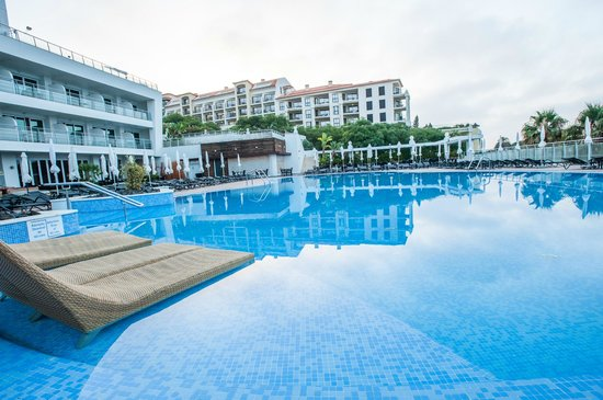 Melia Madeira Mare Resort & Spa : POOL WITH SUNLOUNGERS