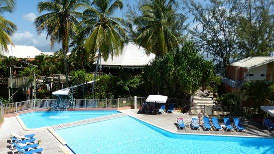 Carayou Hotel & Spa: la piscine calme , le bar et le resto au fond