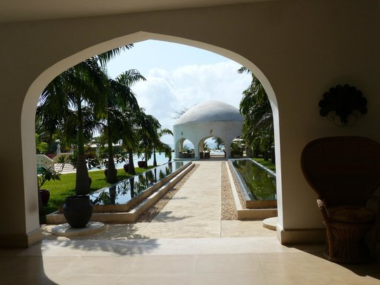 Swahili Beach Resort: The walkway from the main area