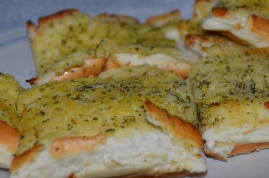 Laki's Greek Restaurant & Pizza: Warm Garlic bread - YUM!